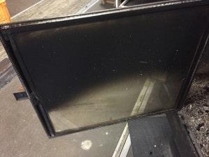 薪ストーブガラスの煤汚れ