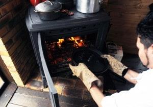 薪ストーブでダッチオーブン料理