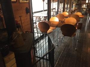 薪ストーブのあるレストラン