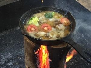 アヒージョのスープを作り、魚介類やミニトマト、ブロッコリー等を入れました。