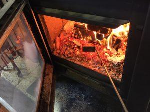 薪ストーブの熾き状態の薪
