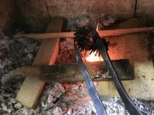 薪ストーブ松ぼっくり焚き付け