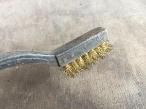 ワイヤーブラシで薪ストーブ掃除
