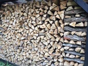 焚き付け用の薪作り