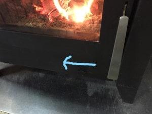 薪ストーブ空気調整レバーを絞る