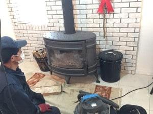 下からの薪ストーブ煙突掃除